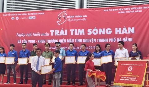 Đoàn Thanh niên trường Cao đẳng GTVT Trung ương V được tôn vinh - Khen thưởng trong Ngày Hội Hiến máu Trái tim Sông Hàn
