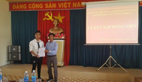 Lễ kết nạp Đảng viên mới đối với quần chúng Nguyễn Quốc Sơn-Sinh viên Lớp CĐ16X2 thuộc Khoa Xây dựng dân dụng và Công nghiệp